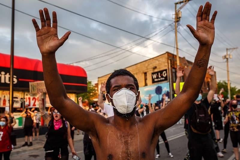 Las mañanas de RNE con Íñigo Alfonso - Protestas y enfrentamientos en Minneapolis por la muerte de un hombre de raza negra tras una brutal actuación policial - Escuchar ahora