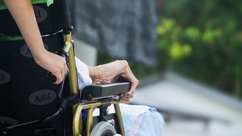 Confinamiento y soledad empeora la salud de los mayores - Escuchar ahora