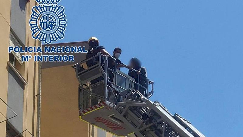 Boletines RNE - Detenido un hombre en Alicante por tener encerrada a su pareja, a la que agredía física, sexual y verbalmente - Escuchar ahora