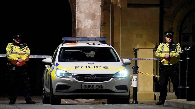 España a las 8 Fin de Semana - Tres fallecidos y varios heridos en un apuñalamiento en la ciudad inglesa de Reading - Escuchar ahora