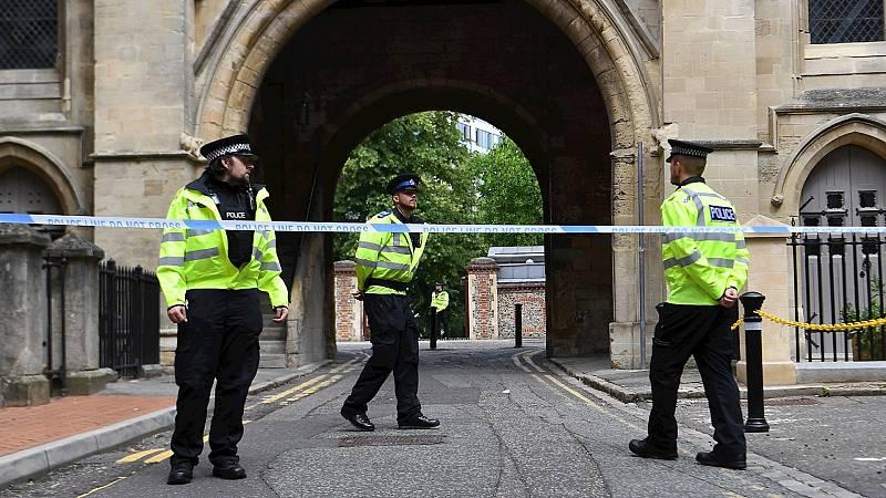 14 horas Fin de Semana - La policía británica clasifica como incidente terrorista el apuñalamiento múltiple en Reading - Escuchar ahora