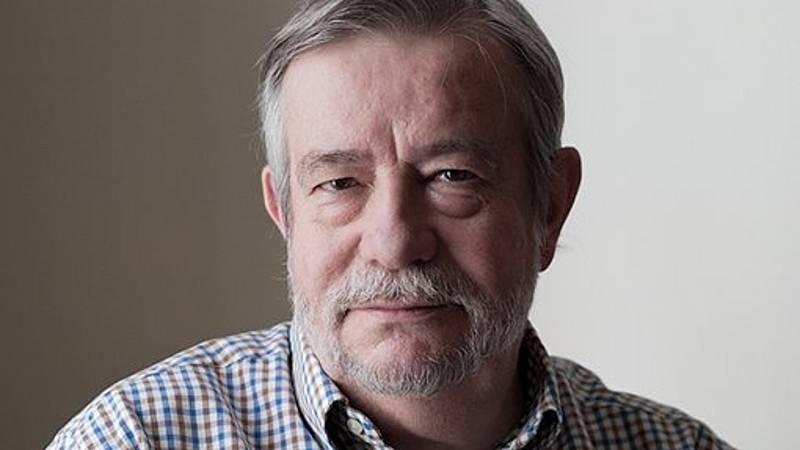 El ojo crítico - 'En la cama con el hombre inapropiado', satírico Guelbenzu - Escuchar ahora