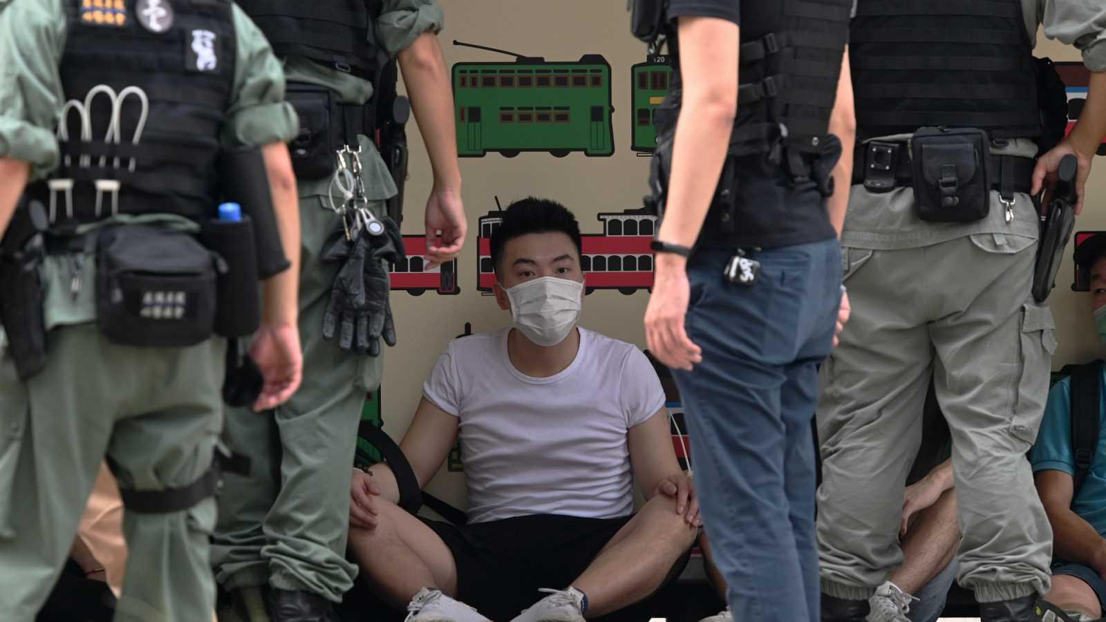 14 horas - Primeros detenidos en Hong Kong tras la aplicación de la nueva Ley de Seguridad Nacional impuesta por Pekín - Escuhar ahora