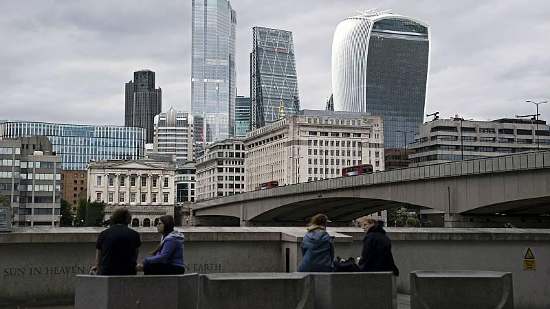 14 horas - Reino Unido requerirá un trabajo cualificado, suficiente inglés e ingresos mínimos para aceptar inmigrantes - Escuchar ahora