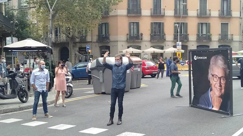 """Boletines RNE - Cuixart vuelve a la sede de Òmnium Cultural tras su salida de la cárcel: """"Ha sido un orgullo estar en la cárcel para defender la democracia y la libertad"""" - Escuchar ahora"""