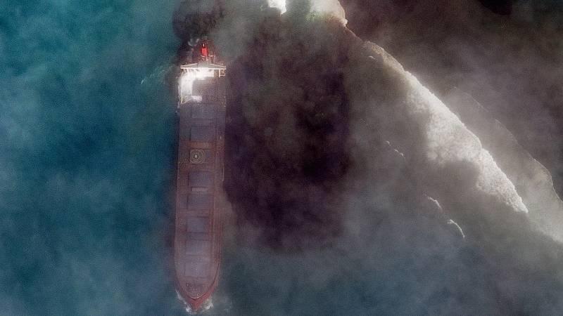 Boletines RNE - Mauricio declara emergencia medioambiental por un vertido de petróleo en sus aguas - Escuchar ahora