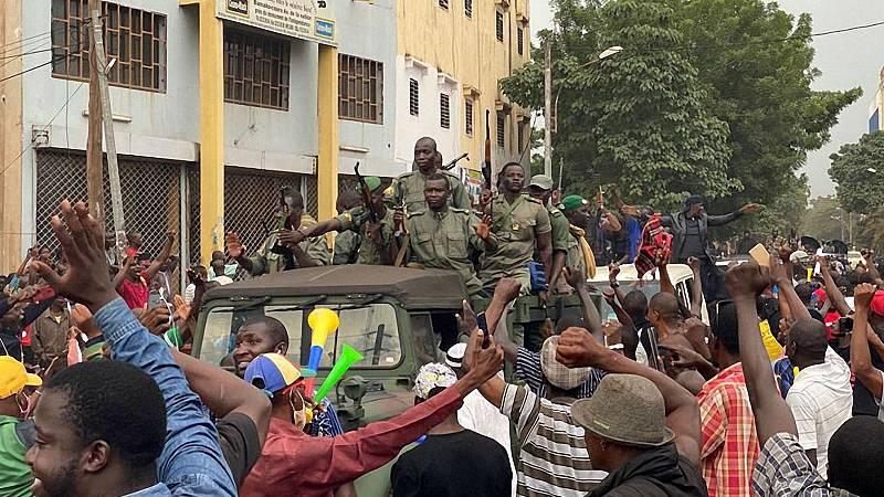 Boletines RNE - Los militares golpistas garantizan elecciones en Mali tras la renuncia del presidente - Escuchar ahora