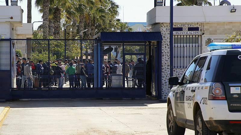 24 horas - Las protestas por el hacinamiento en el CETI de Melilla acaban con varios detenidos y tres policías heridos - Escuchar ahora