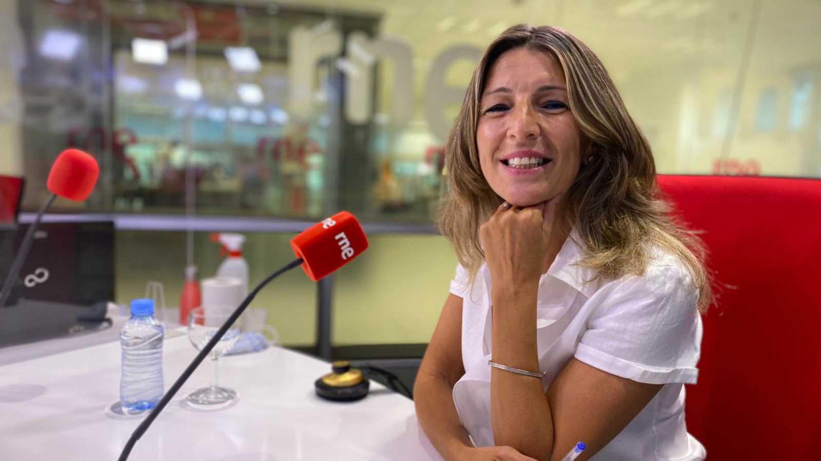 """Las mañanas de RNE con Íñigo Alfonso - Yolanda Díaz: """"Desplegaremos las medidas necesarias para que podamos cuidar de nuestros hijos"""" - Escuchar ahora"""