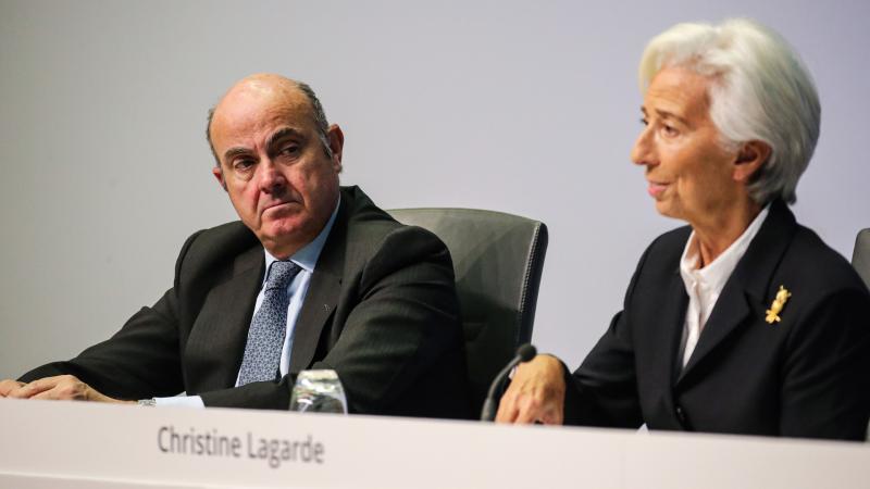 """Boletines RNE - El BCE bendice la fusión entre CaixaBank y Bankia: """"Es un instrumento para mejorar la rentabilidad"""" - Escuchar ahora"""