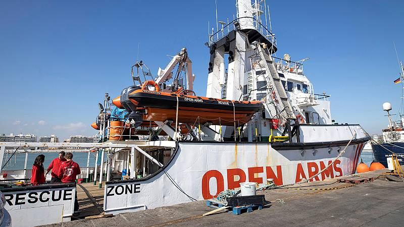 24 horas - 75 migrantes rescatados por el Open Arms intentan alcanzar la costa italiana a nado - Escuchar ahora