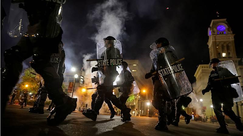 Más cerca - Disturbios y protestas en Estados Unidos contra la exculpación de tres policías que mataron a una joven negra en Kentucky - Escuchar ahora