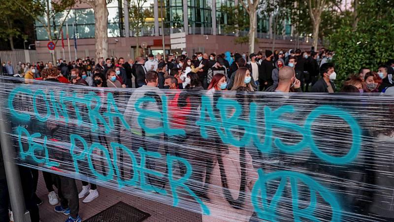 España a las 8 Fin de Semana - Cientos de personas protestan contra los confinamientos selectivos frente a la Asamblea de Madrid - Escuchar ahora