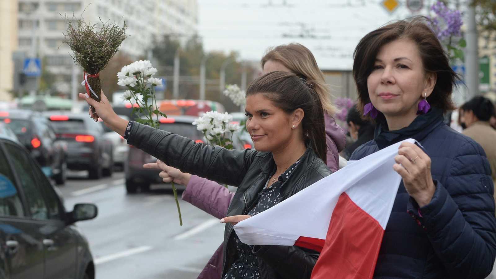 Reportajes 5 Continentes - Las mujeres bielorrusas en primera línea contra Lukashenko - ESCUCHAR AHORA