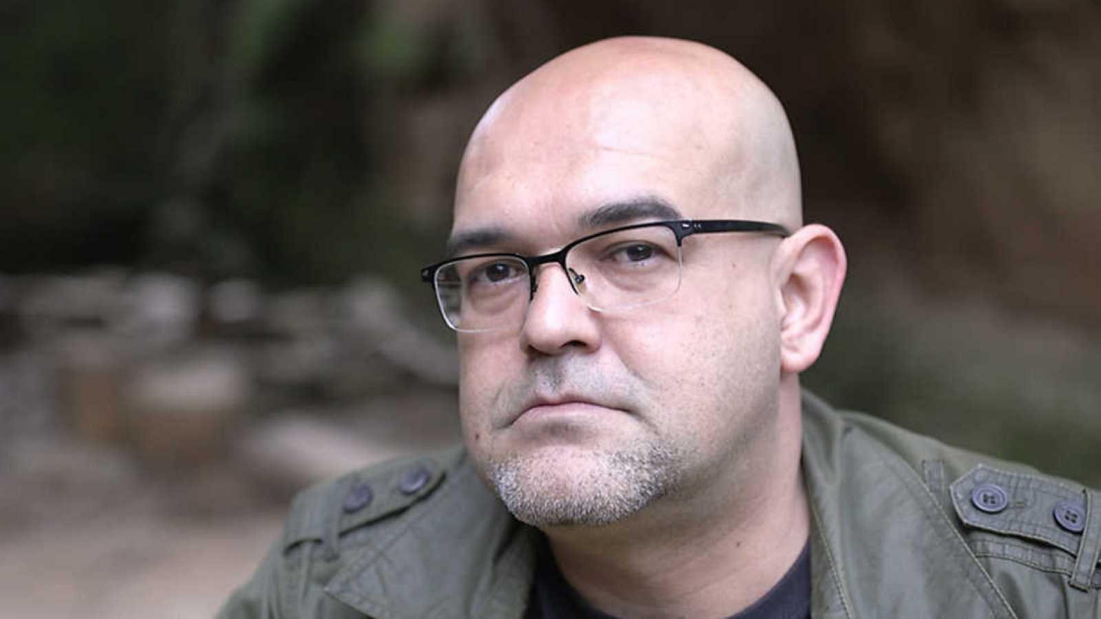 Libros de arena en Radio 5 - Alexis Ravelo  y 'Un tío con una bolsa en la cabeza' - 14/10/20 - Escuchar ahora
