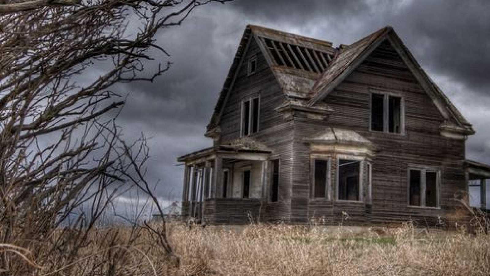 El gallo que no cesa - Más libros, por favor: Casas con fantasmas - Escuchar ahora
