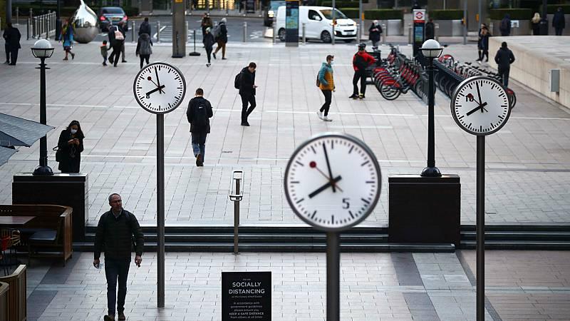 14 horas - Londres prohíbe las reuniones en interiores con personas con las que no se convive - Escuchar ahora