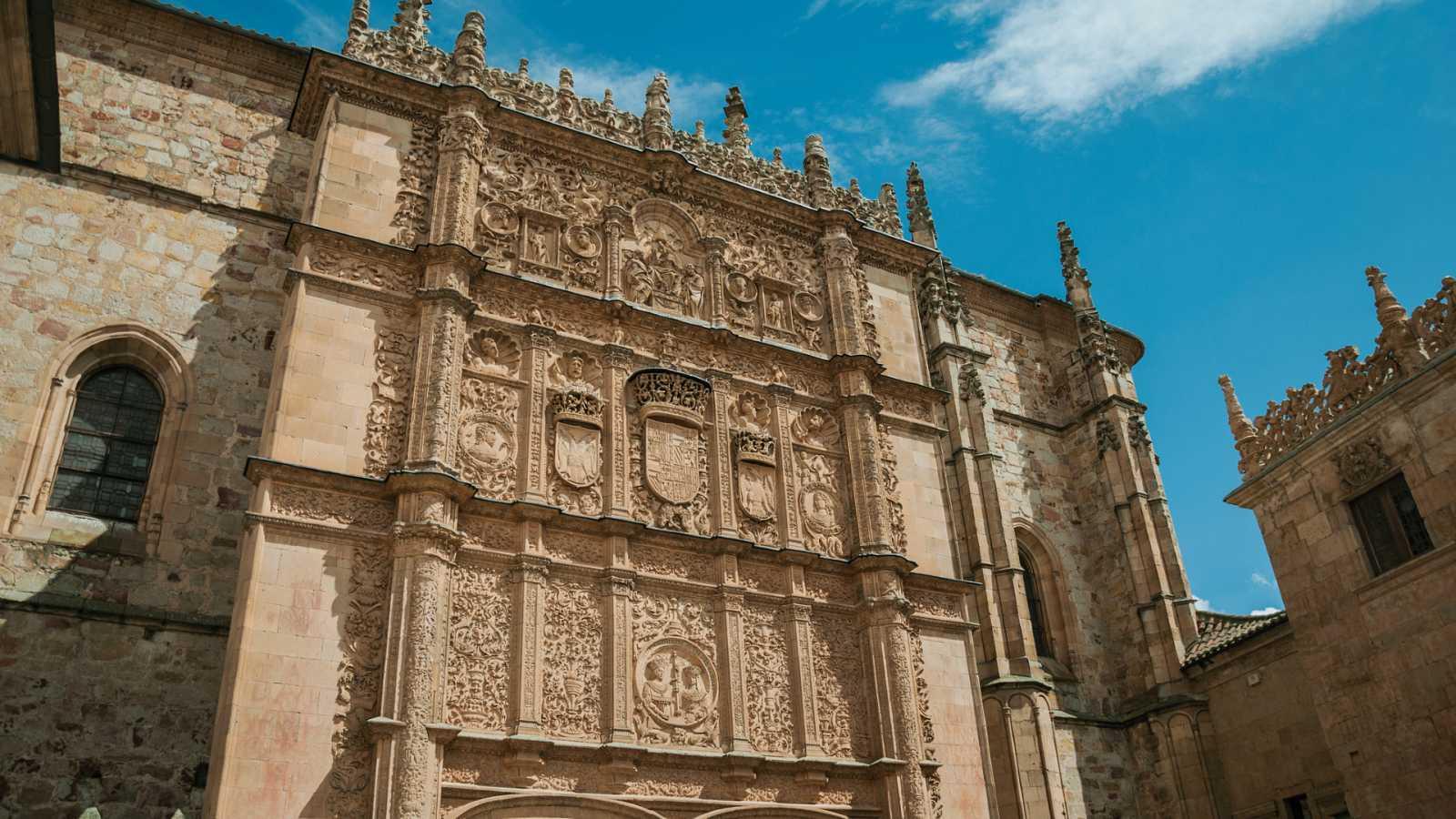 Por tres razones - Confinada Salamanca, la ciudad de la eterna juventud - Escuchar ahora