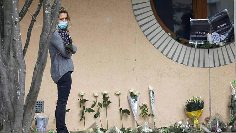 Informativos fin de semana - 20 horas - Manifestación de repulsa en París por el asesinato del profesor este domingo - Escuchar ahora