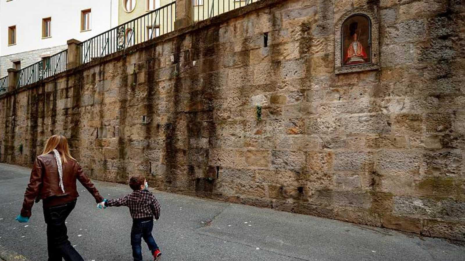 24 horas - El Gobierno foral confina Navarra, suspende la actividad hostelera y restringe las reuniones solo a convivientes - Escuchar ahora