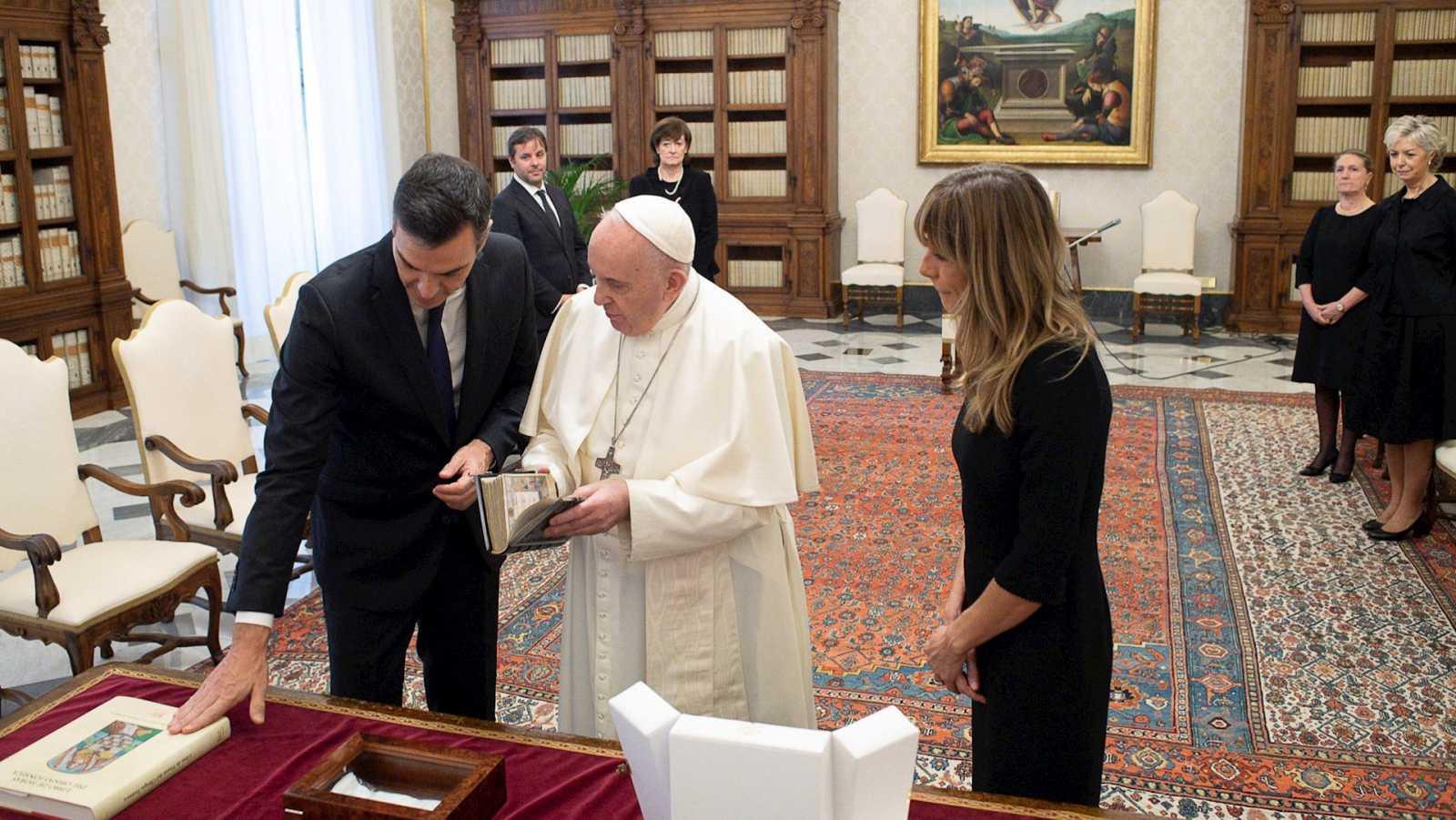 """14 horas Fin de Semana - El Papa advierte a Sánchez del peligro de las """"ideologías"""" y afirma que la política """"no es cuestión de maniobras"""" - Escuchar ahora"""