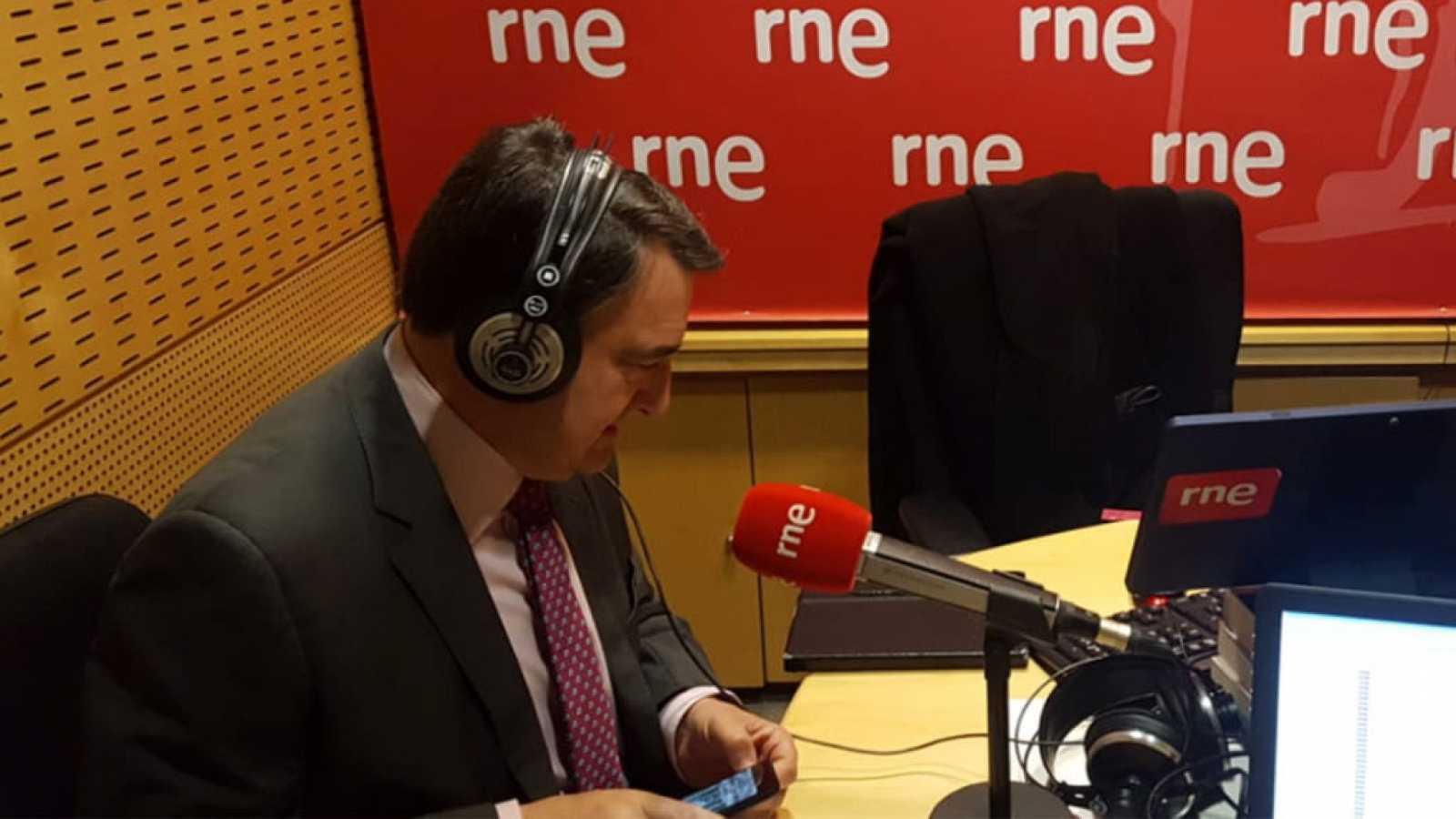 """Parlamento - Radio 5 - Aitor Esteban (PNV): """"El impuesto al diésel es un mensaje malo hacia el consumidor, que puede perjudicar más que beneficiar a la industria"""" - Escuchar ahora"""
