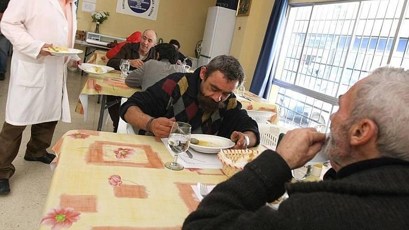 España a las 8 Fin de Semana - Los comedores sociales se ven desbordados por el aumento de familias que necesitan ayuda - Escuchar ahora