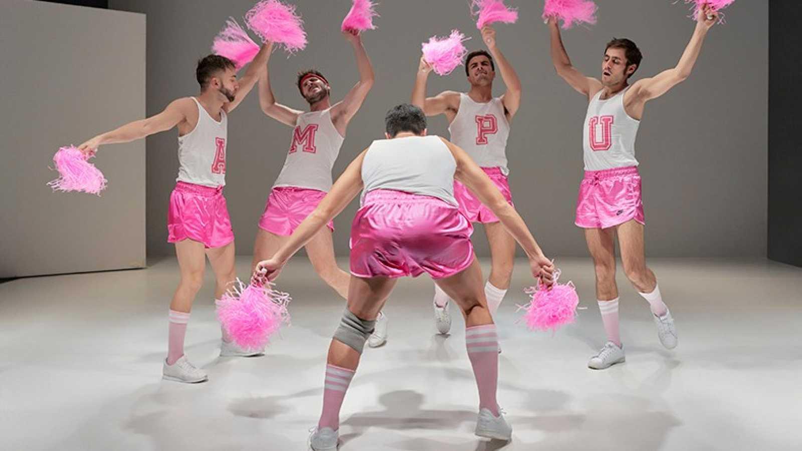 Dramedias con Paloma Cortina - Un carnaval de la masculinidad con pompones rosas - Escuchar ahora
