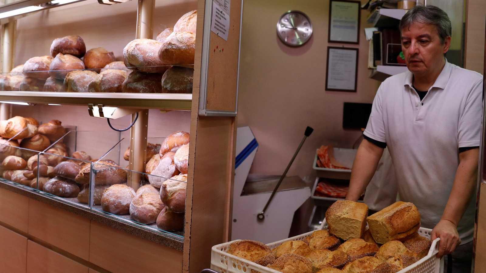 Cuña en la que un panadero y una clienta comparten un décimo de Lotería de Navidad