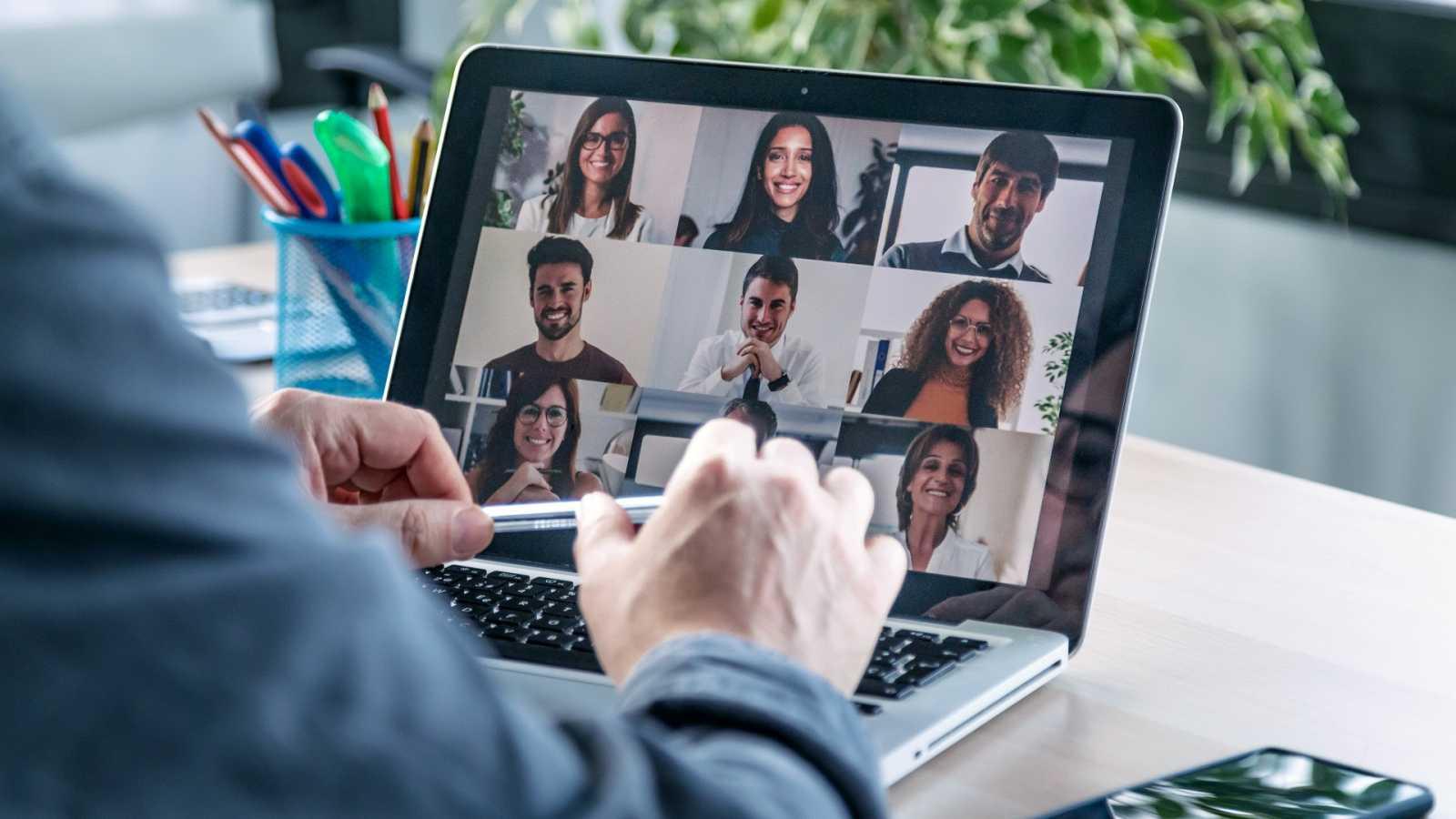 Cuña en la que el jefe de una pyme hace una videollamada a sus empleados para compartir el décimo de Lotería de Navidad