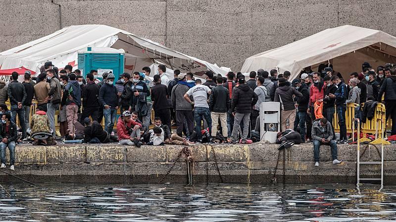 """24 horas - Situación """"extremadamente crítica"""" en Arguineguín: 2.100 migrantes hacinados en un espacio para 400 - Escuchar ahora"""