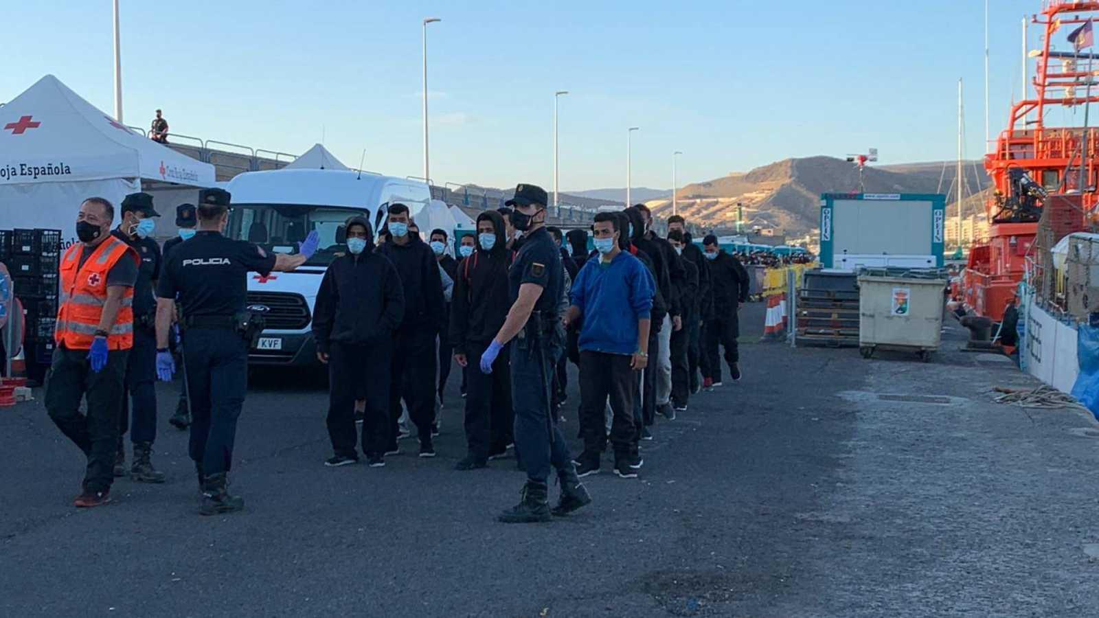 20 horas informativos Fin de semana - Respiro en Arguineguin con el traslado de inmigrantes, en el muelle solo quedan menos 700 de los 2.300 - Escuchar ahora