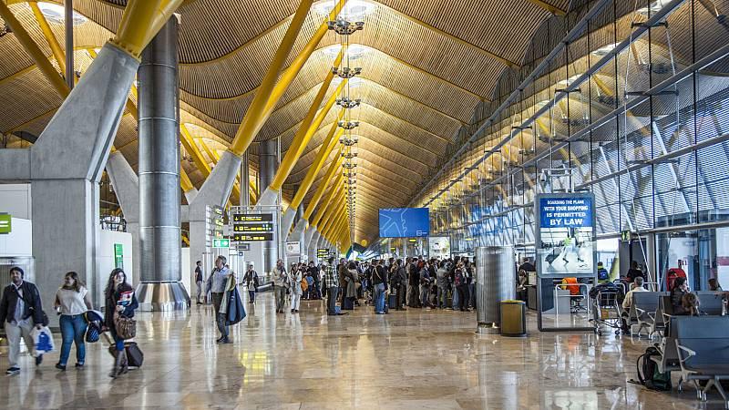 Boletines RNE - Sin problemas para los primeros viajeros que han llegado a Barajas - Escuchar ahora