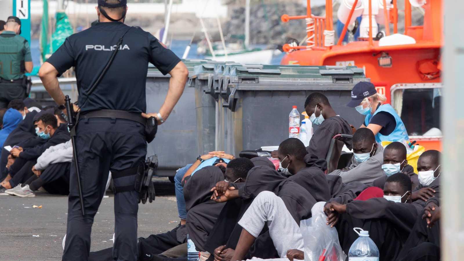 24 horas - Continúan los rescates en Canarias: más de 300 personas llegan a Arguineguín en un día - Escuchar ahora