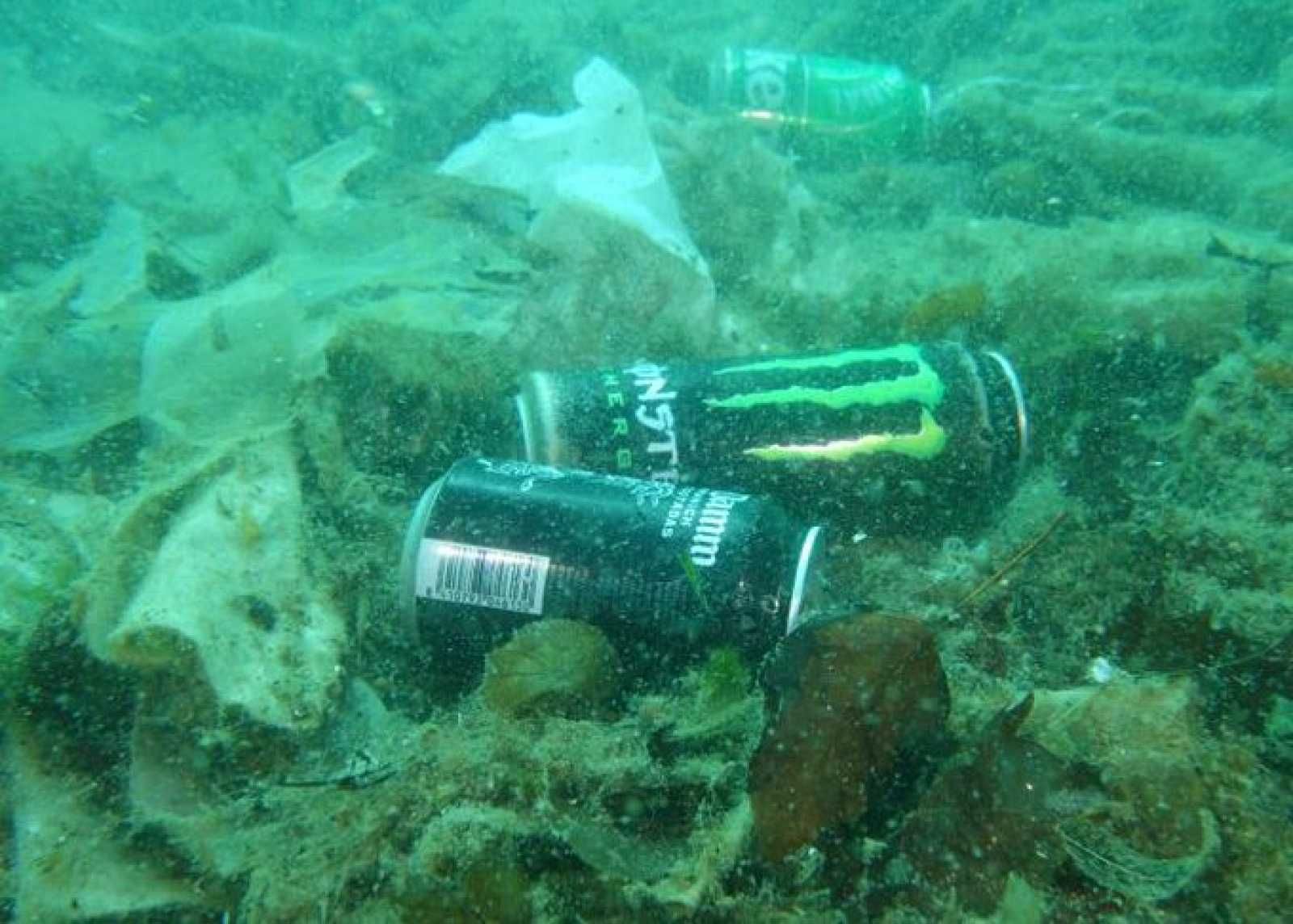 El fons del mar de Badalona és ple de residus