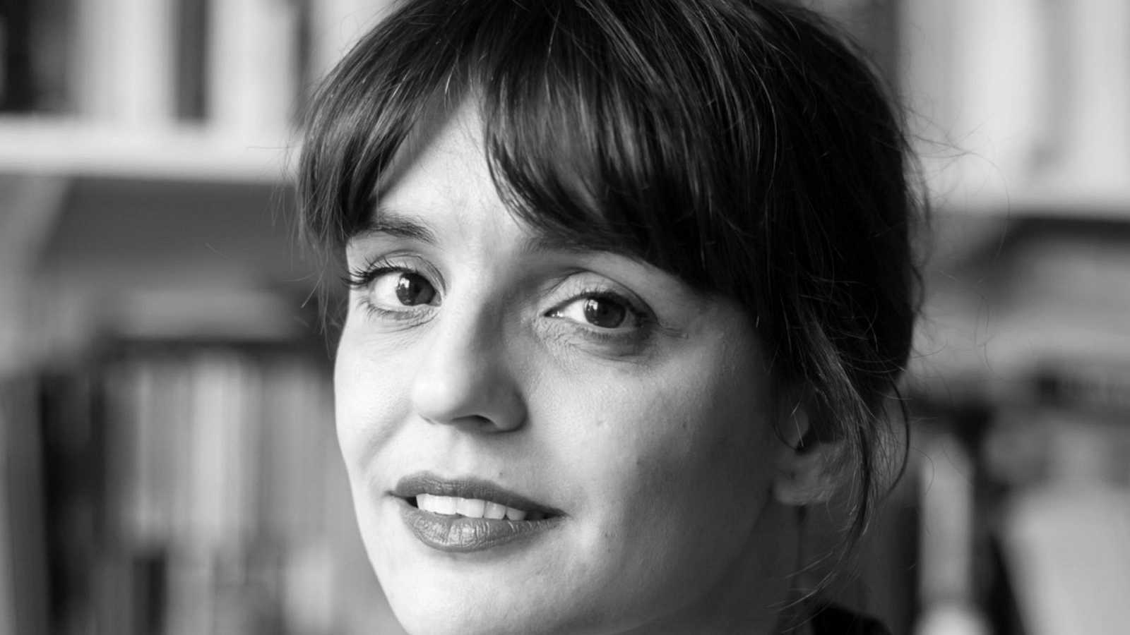 Libros de arena en Radio 5 - Ariadna Castellarnau y 'La oscuridad es un lugar' - 02/12/20 - Escuchar ahora