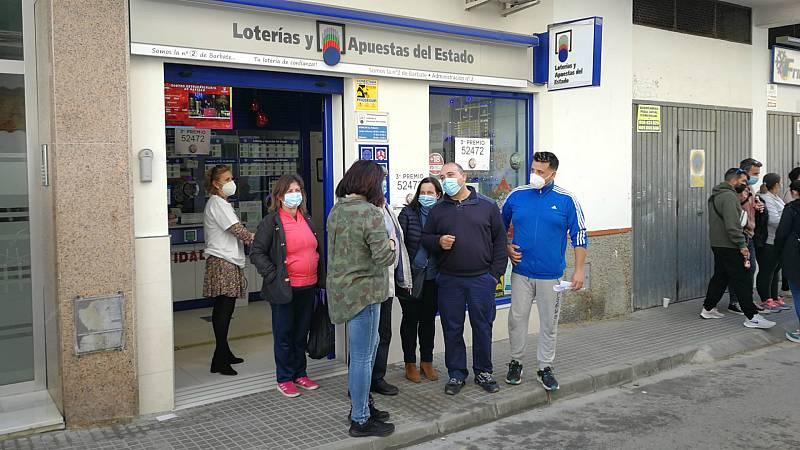Especiales RNE - El tercer premio de la Lotería de Navidad, el 52.472, cae en peñas carnavalescas de Barbate y Chiclana - Escuchar ahora