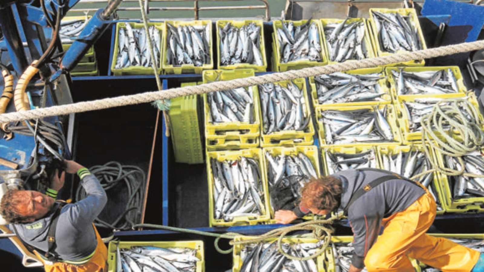 20 horas informativos fin de semana - El sector pesquero enfadado con el acuerdo Unión Europea- Reino Unido que se queda con la cuarta parte de las cuotas - Escuchar ahora