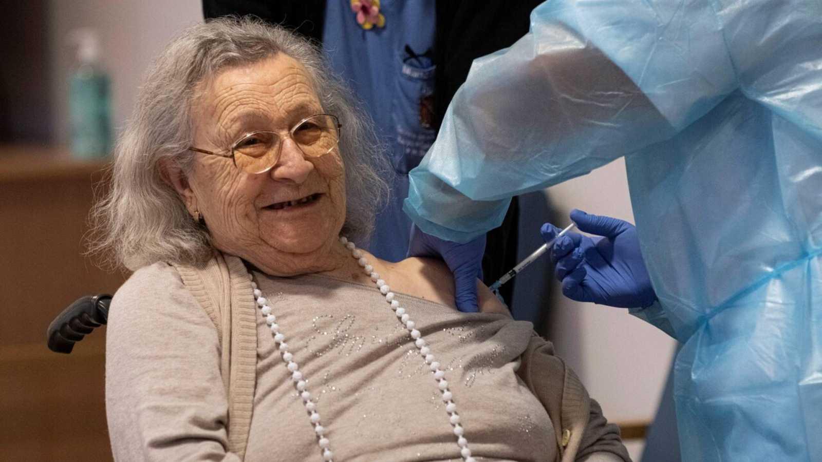 20 horas informativos Fin de semana - Los mayores residentes felices de recibir una vacuna con la que esperan que la covid se vaya - Escuchar ahora