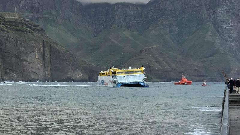 Más cerca - Dos remolcadores trabajan en el desencallamiento del ferry en Agaete (Gran Canaria)