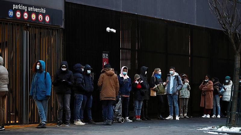 """14 horas -  Largas colas de estudiantes en Francia para recibir comida: """"He llegado a conocer gente que ha tenido que renunciar a la cena"""" - Escuchar ahora"""