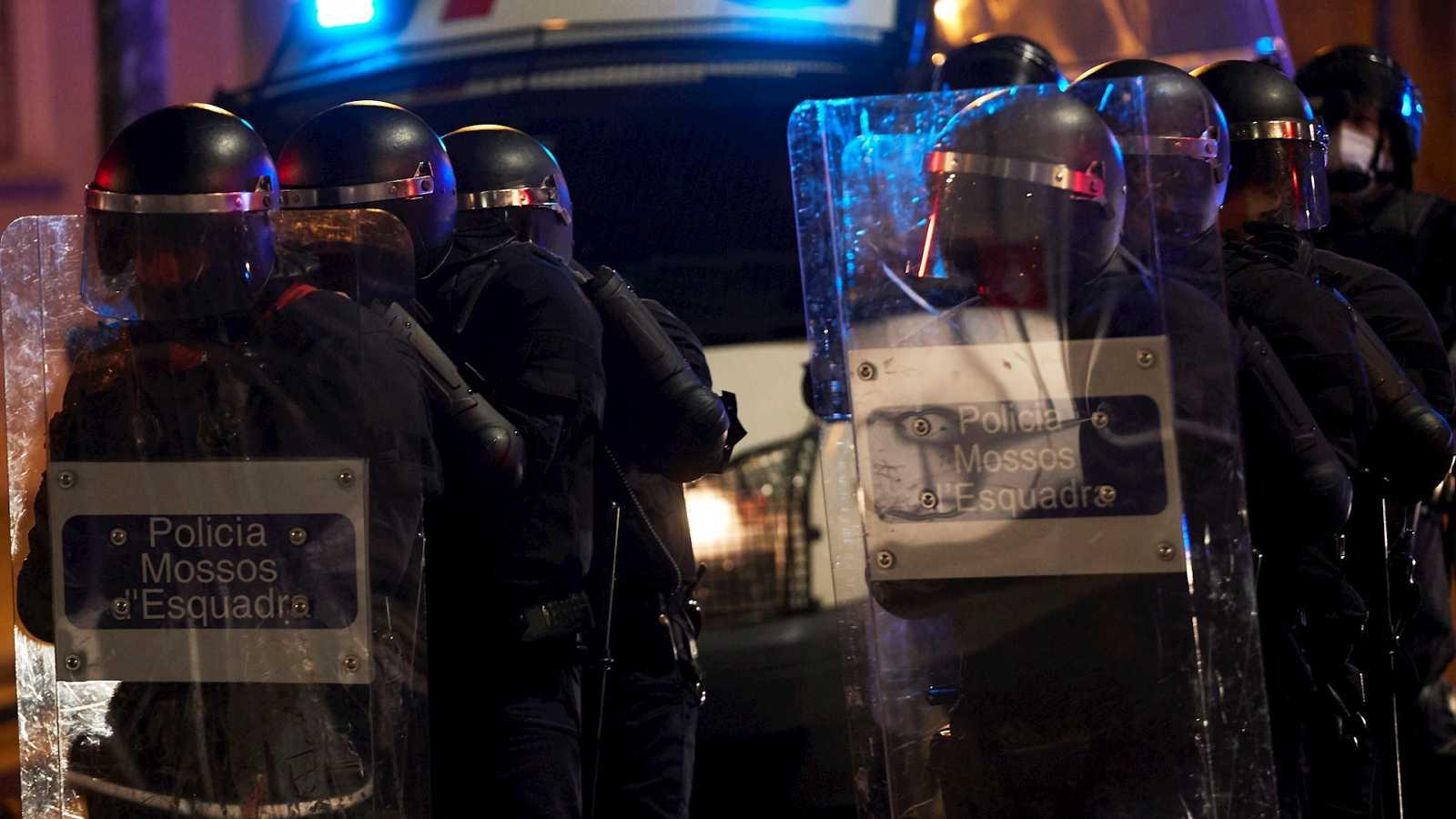 """España a las 8 Fin de Semana - Sindicato de los Mossos pide más voluntad política para frenar los enfrentamientos: """"Nadie parece que tenga previsión de parar esto"""" - Escuchar ahora"""