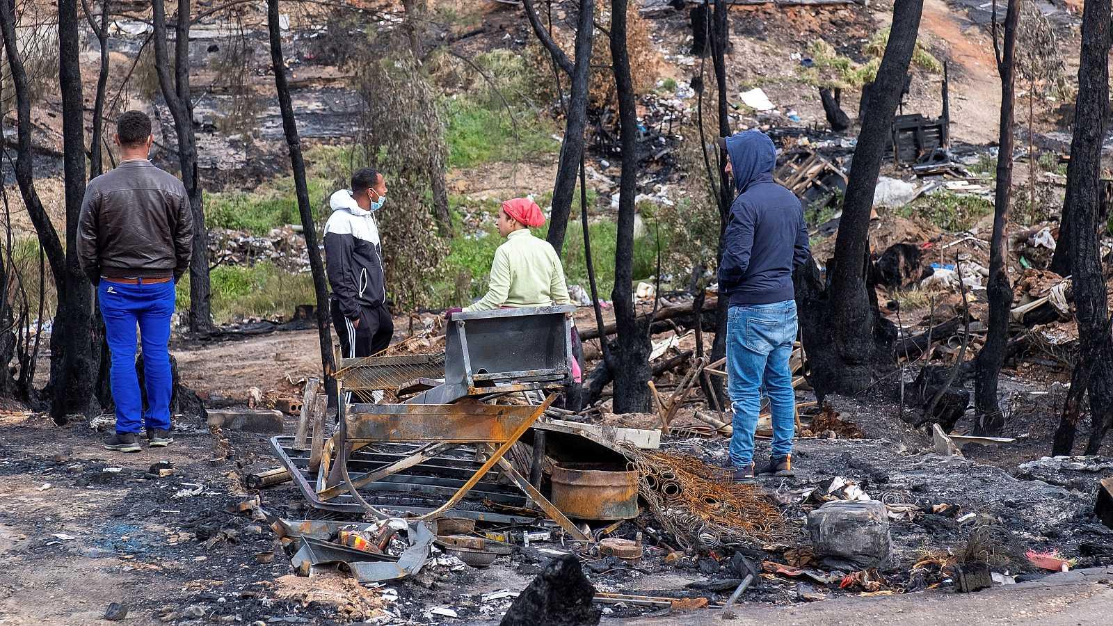 14 horas - Decenas de personas siguen durmiendo al raso una semana después del incendio en Palos de la Frontera - Escuchar ahora