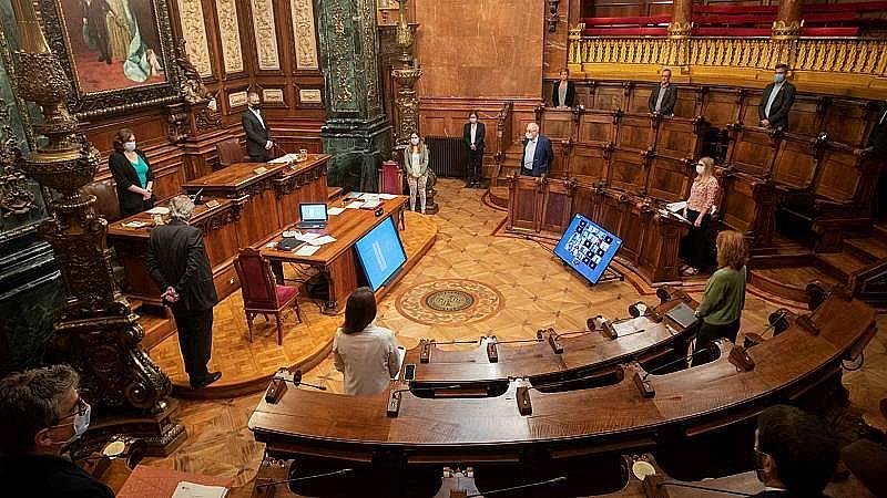 El ple de Barcelona condemna la violència i demana indultar Hasel i revisar el model policial