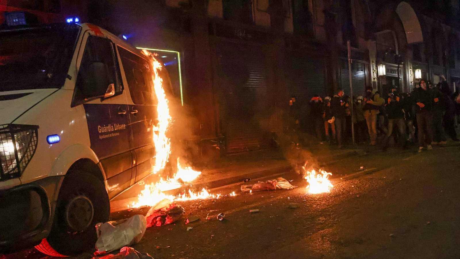 España a las 8 Fin de Semana - Violentos queman un furgón policial en Barcelona - Escuchar ahora