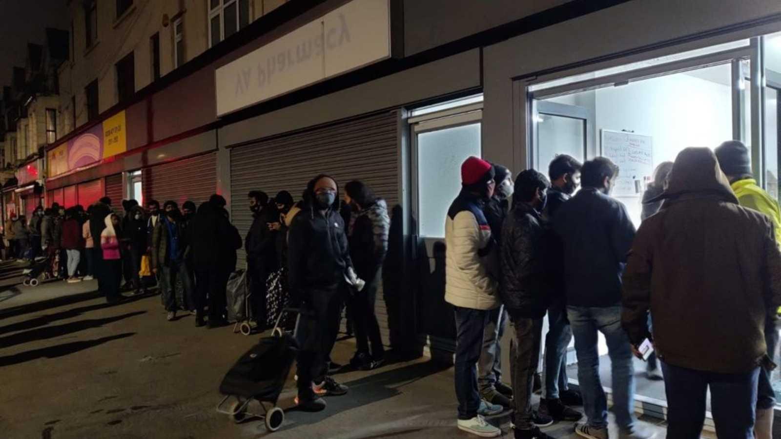 Las mañanas de RNE - Miles de estudiantes acuden a un banco de alimentos de Londres para recibir comida - Escuchar ahora