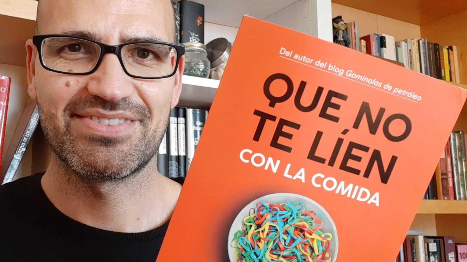 """El gallo que no cesa - Miguel Ángel Lurueña y su """"Que no te líen con la comida"""" - Escuchar ahora"""