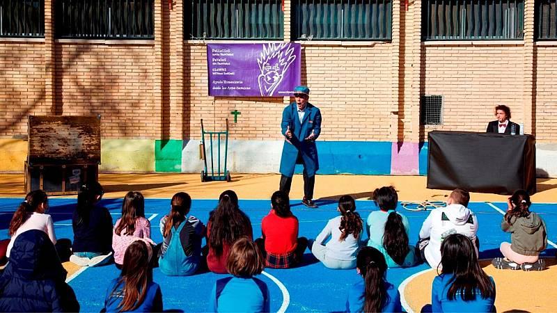 Más cerca - Payasos Sin Fronteras lleva la risa a los niños vulnerables - Escuchar ahora