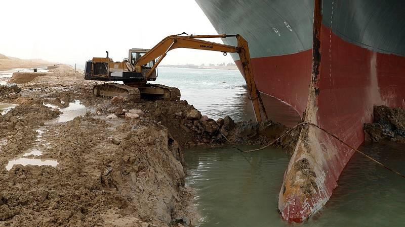 14 horas - Descargar el buque o hacer más profundo el Canal de Suez: las opciones para desencallar el Ever Given - Escuchar ahora