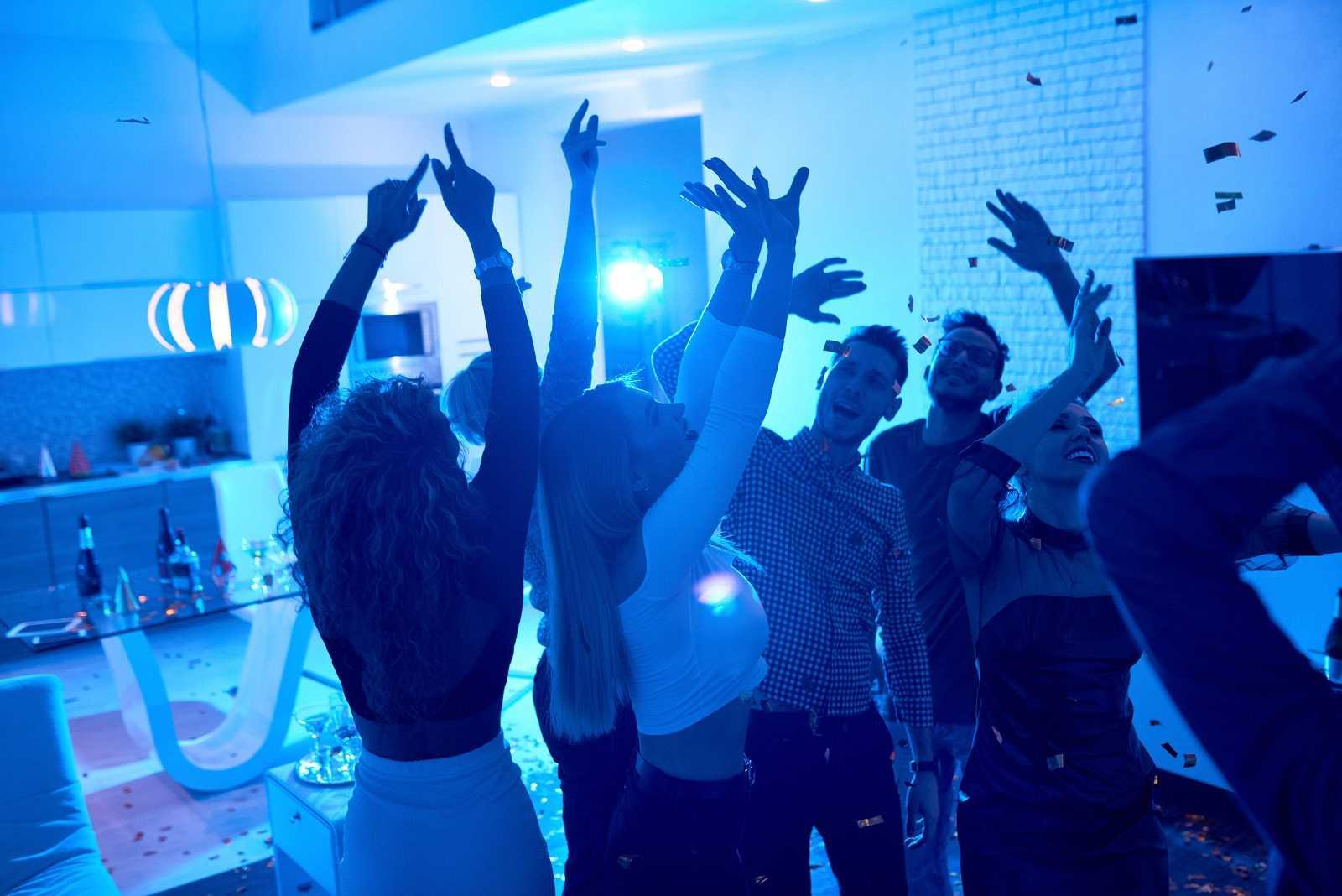 14 Horas Fin de Semana - Pasamos la noche con la policía a la caza de fiestas ilegales en Fuerteventura - Escuchar ahora